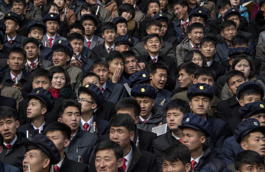 Studenter på Kim Il-sung-stadions läktare. Jättearrangemang med tusentals deltagare är vanliga i Nordkorea. För regimen är det ett sätt att visa upp folkets hängivenhet och engagemang.