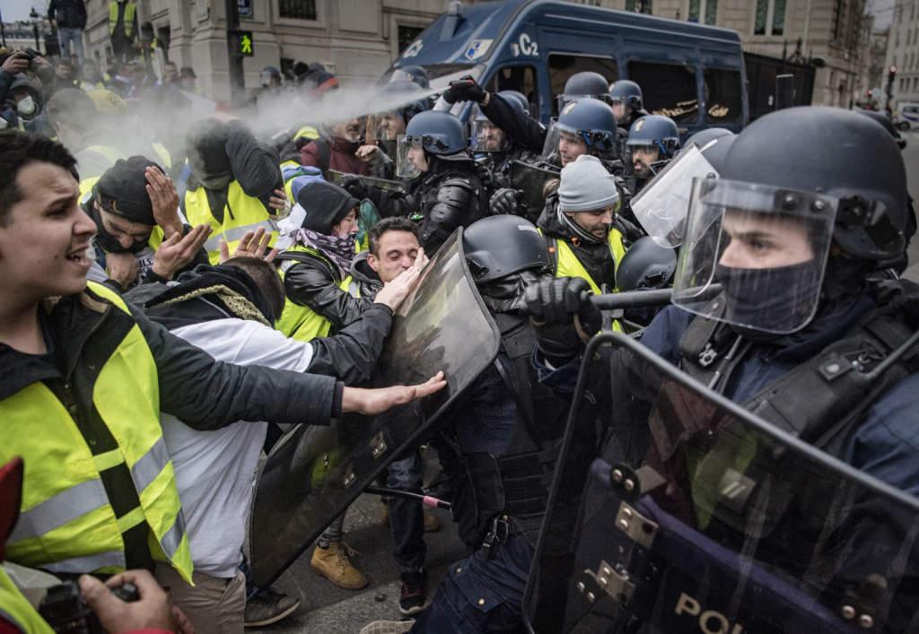 De kravallutrustade poliserna använde vattenkanoner och tårgas för att trycka tillbaka demonstranterna.