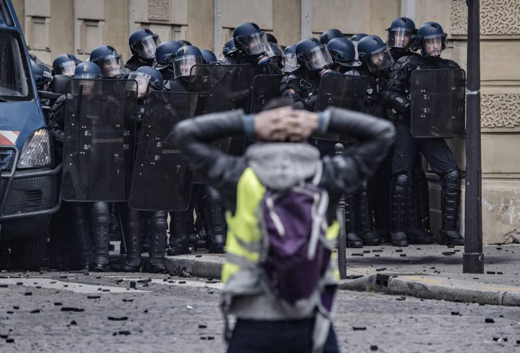 Många demonstranter höll upp händerna bakom huvudet i solidaritet med en skolklass som hånats av polis.