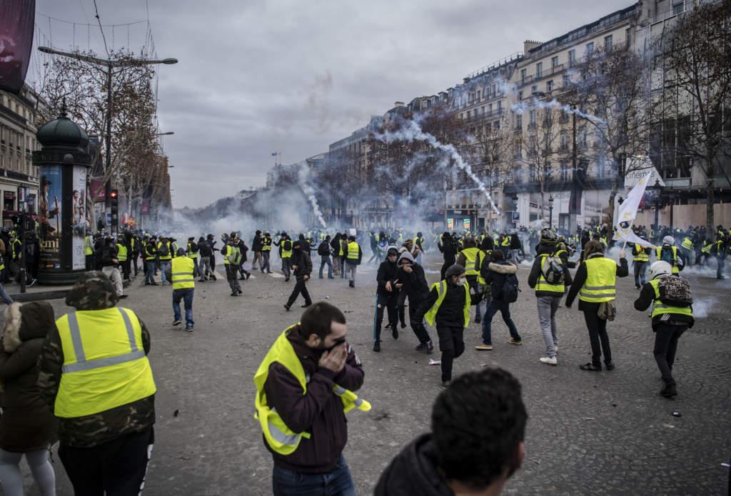 Gatorna kring Triumfbågen i centrala Paris spärrades av när demonstranterna intog staden. Kvarteren runt paradgatan Champs-Élysées liknade stundtals en stridszon.