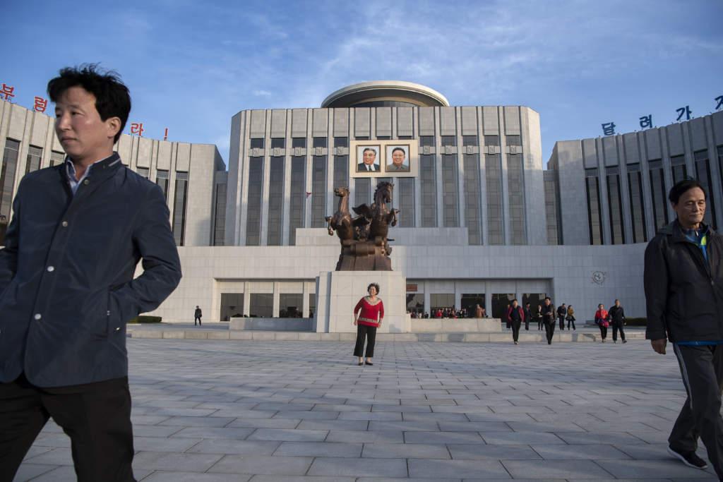 """Dyrkan av den """"evige presidenten"""" Kim Il-sung och hans son, den """"käre ledaren"""" Kim Jong-il, gör sig ständigt påmind i Pyongyang."""