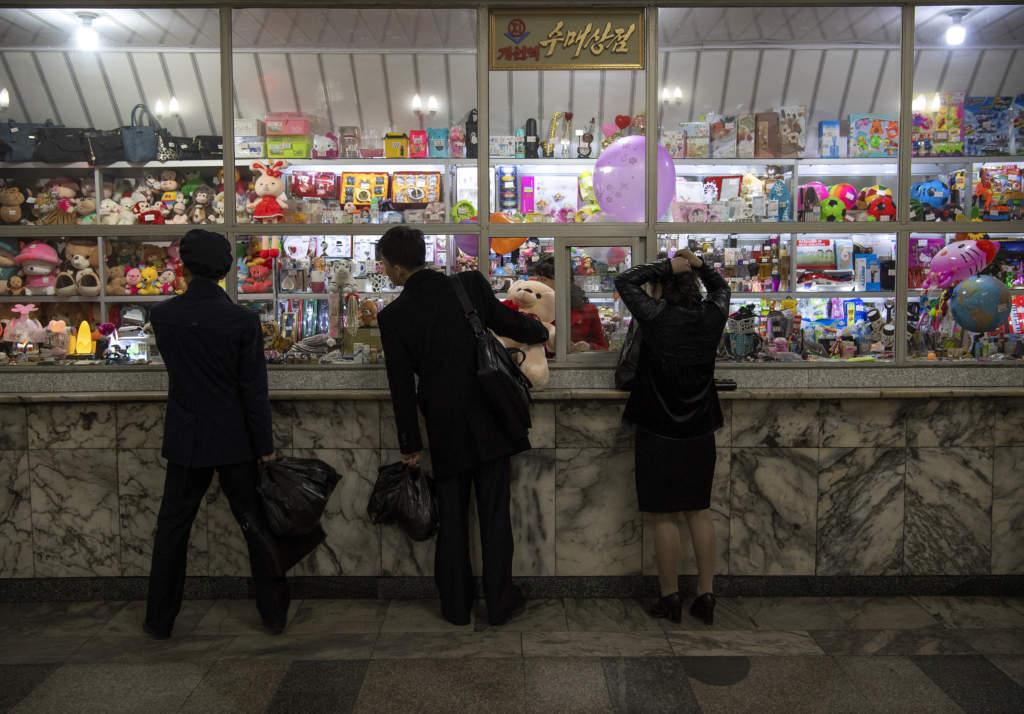 På senare år har antalet affärer ökat snabbt i Nordkorea. Det stora flertalet är godkända av regimen, men på marknader säljs även förbjudna varor som har smugglats in i landet.